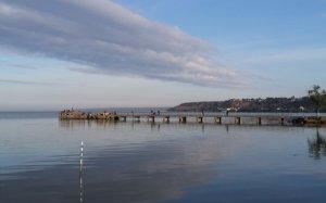 Рыбалка с причала на Днестровском лимане в Овидиополе Одесской области