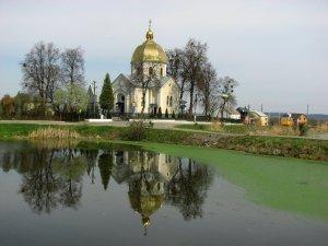Озеро возле церкви в Дублянах Львовской области