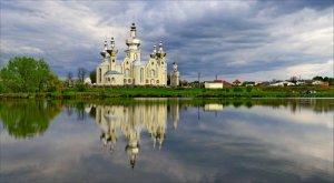 Пруд возле церкви в Сокольниках Львовской области